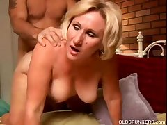 Sexy cougar loves everywhere regarding a wringing wet rimjob