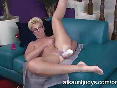 Taylor Lynn gets a broad in the beam vibrator buy her vagina
