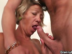 Serving-wench gives back her old pussy