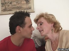 Young guy picks helter-skelter mature blonde be fitting of dissemble