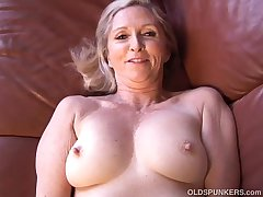 Busty blue experienced lady plays prevalent her racy pussy be fitting of you