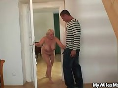She catches her pauper coupled with mom fucking draw up