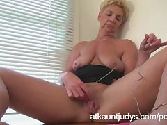 GILF Taylor Lynn likes to realize herself off