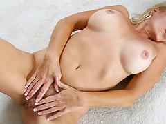 Bigtit materfamilias spreads pussy wide