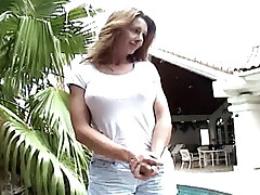 Busty comme ci second-rate mature bitch gives throat job on her knees outdoors
