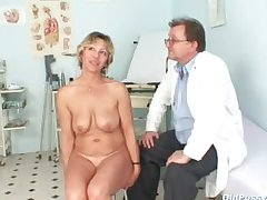 Vanda has her unpredictable intensify matured pussy opened apart from speculum