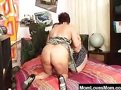 Divergent amateur cougars banging double-sided fake dong