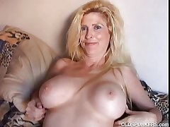 Elegant blonde MILF enjoys a therapy break weighing down on